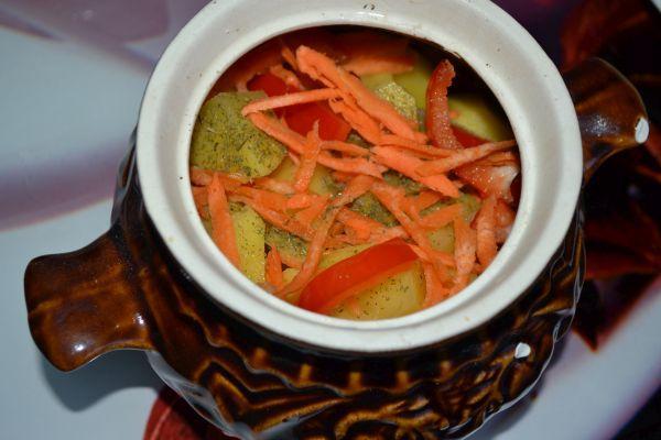 морковь и перец в горшочке