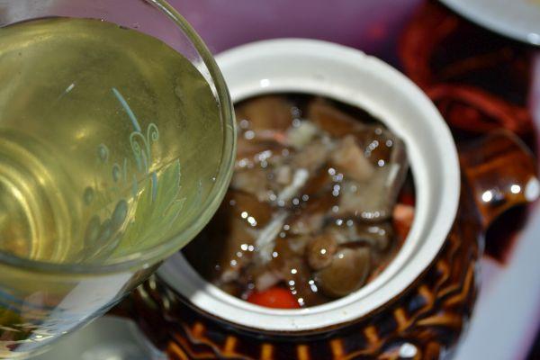 грибы и помидорный рассол