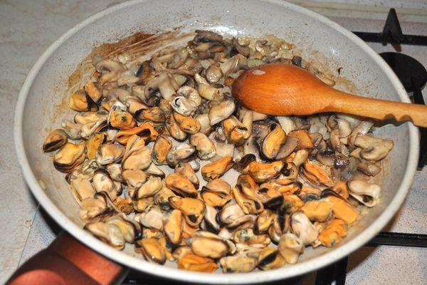 мидии с грибами