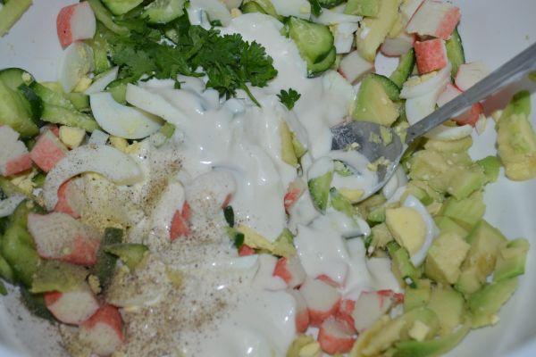 приготовление салата с авокадо и огурцом