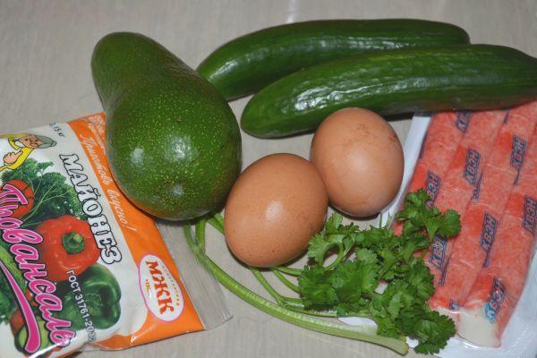 ингредиенты для салата с авокадо и крабовыми палочками