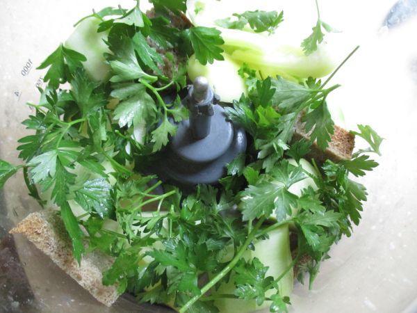 овощи зелень хлеб в блендере