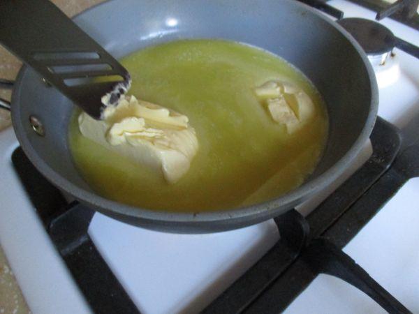 масло на сковороде