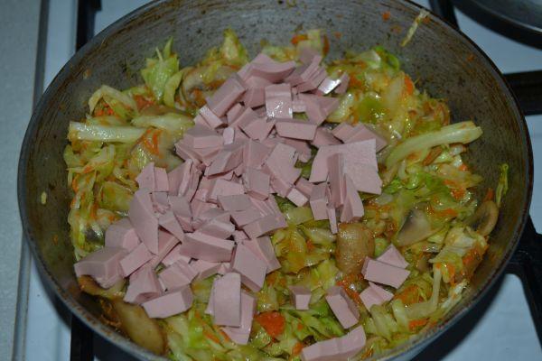 колбаса с капустой и грибами