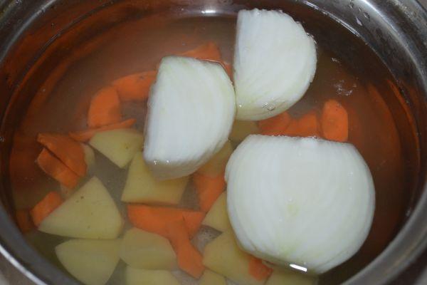 овощи в кастрюле с водой