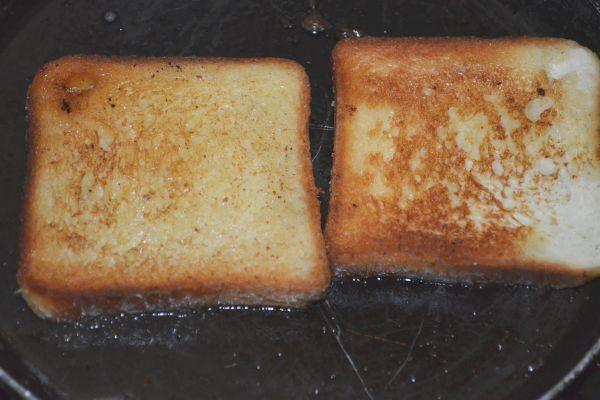 хлеб жарится на сковороде