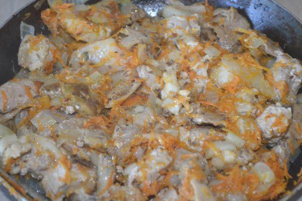 мясо с грибами и овощами на сковороде