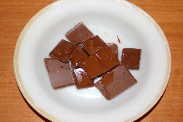 шоколад в тарелке