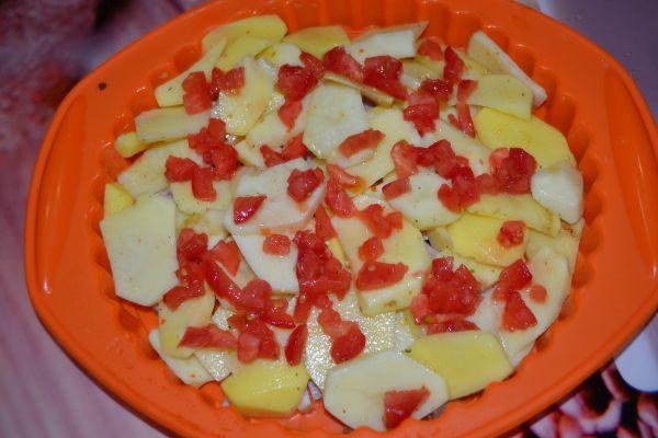 кусочки помидора на картофеле