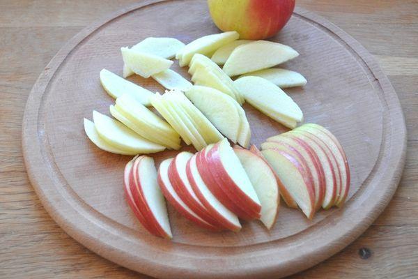 нарезанные яблоки для кекса
