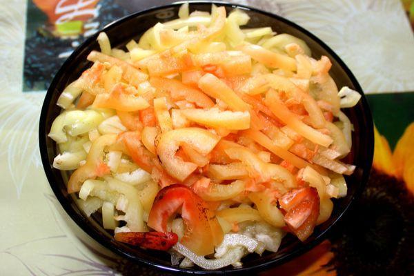 нарезанный соломкой болгарский перец