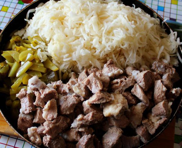 мясо и капуста с огурцами в сковороде