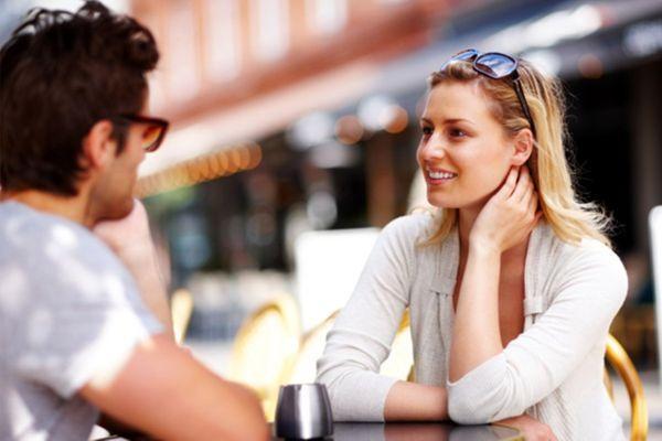 девушка восторгается мужчиной