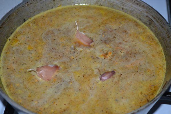 чеснок на сковороде с продуктами