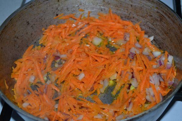 лук и морковь на сковороде