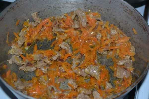 поджареная баранина с луком и морковью