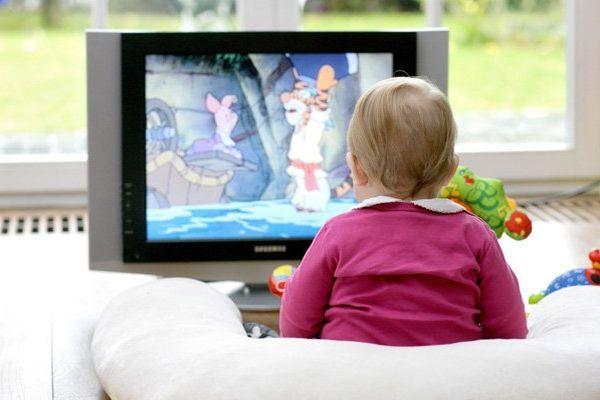 ребенок смотрит мультфильмы
