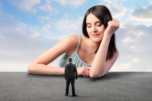женщина смотрит на мужчину с превосходством