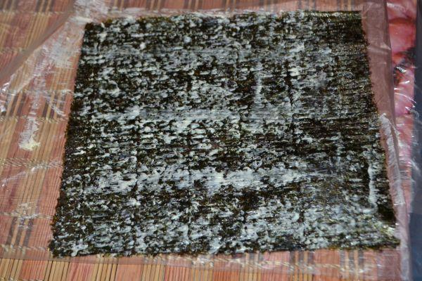 лист нори на бамбуковой салфетке