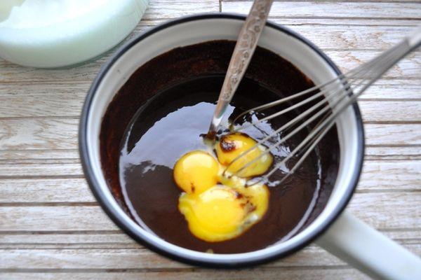 добавление желтков к шоколадной массе
