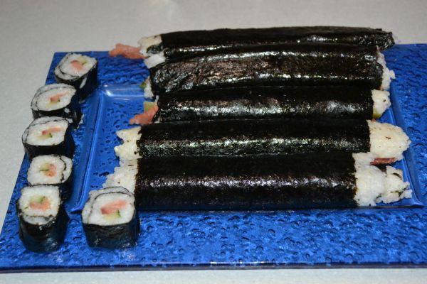 роллы с красной рыбой и огурцом