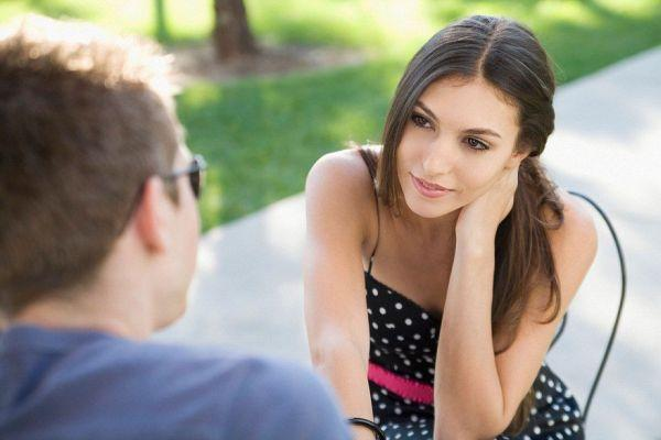 девушка слушает парня