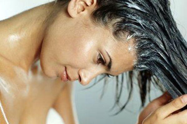 девушка смывает маску для волос
