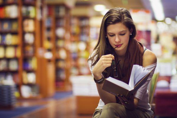 девушка внимательно читает