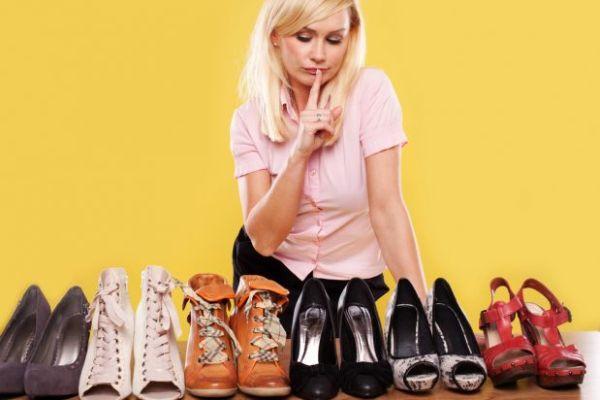 девушка выбирает обувь