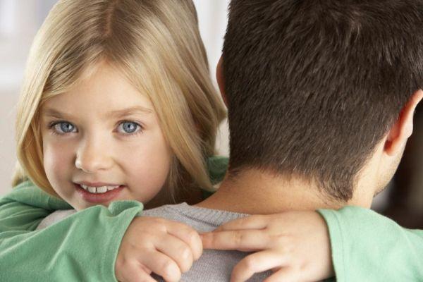 дочка обнимает папу