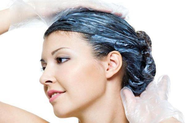маска из голубой глины на волосах