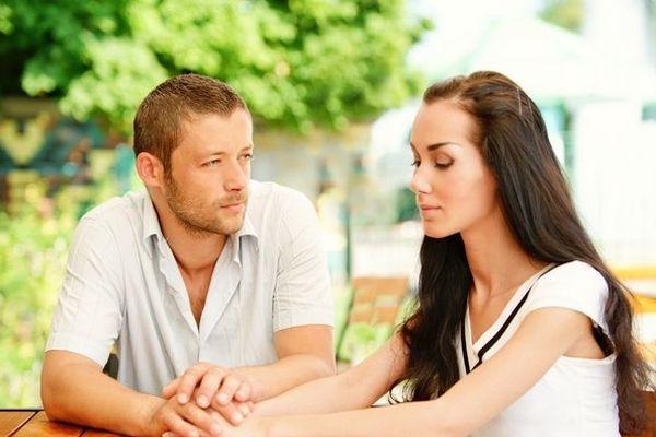 мужчина хочет помириться с женщиной
