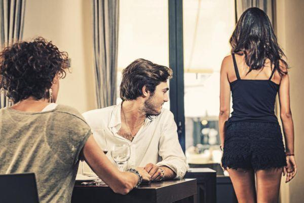 мужчина смотрит на другую девушку