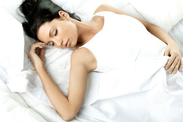 девушка спит на спине