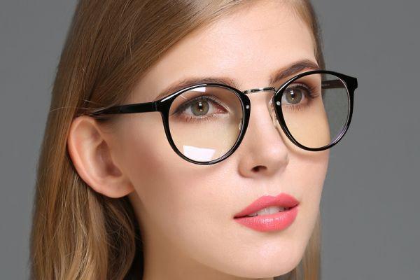 девушка в круглых очках