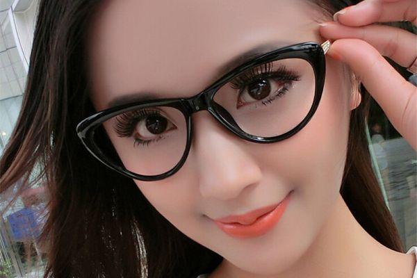 девушка в очках кошачий глаз