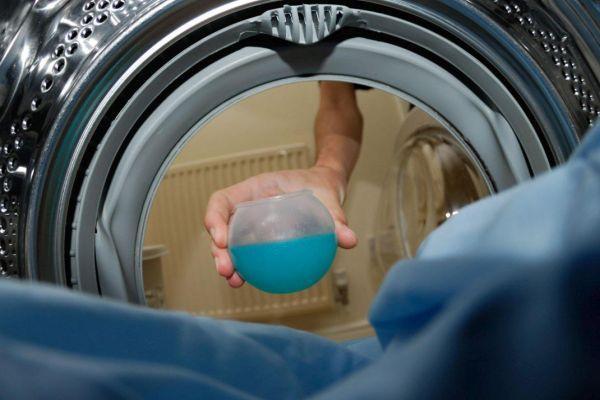 добавление жидкого порошка в стиральную машину