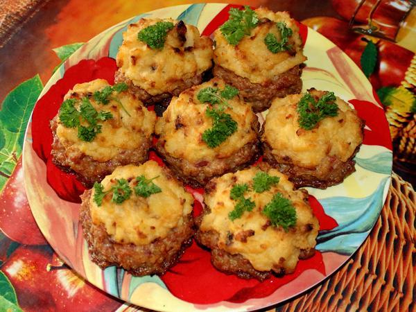 мясные гнезда из фарша с картофелем