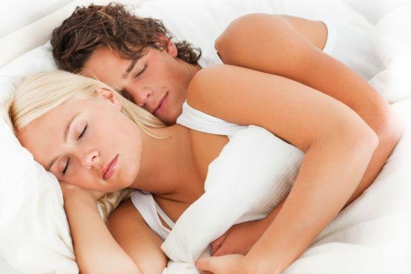 мужчина и женщина спят обнявшись