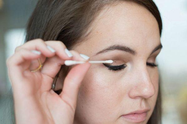 удаление погрешностей макияжа ватной палочкой