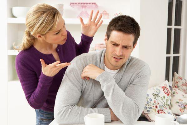 женщина ругается с мужчиной