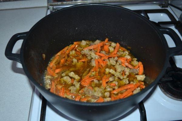 подготовка мяса с морковью для плова по-узбекски