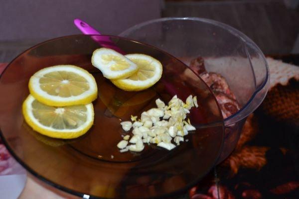 добавление лимона с чесноком к шашлыку