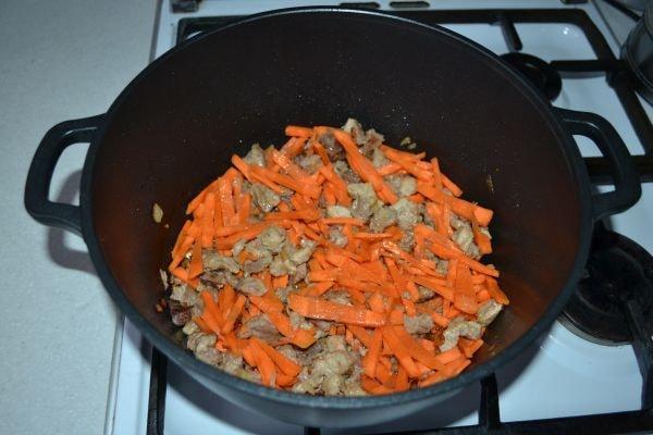морковь с мясом в казане