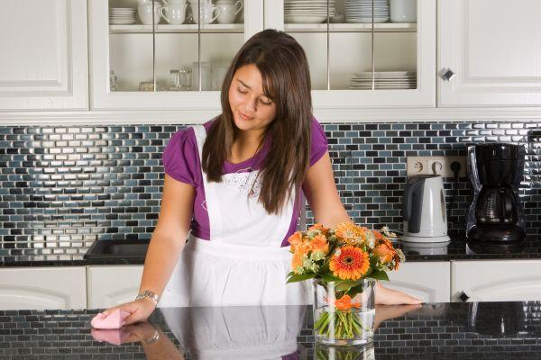 девушка наводит порядок на кухне