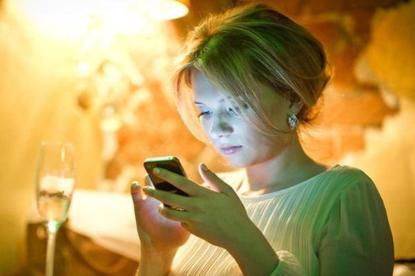 девушка пишет смс