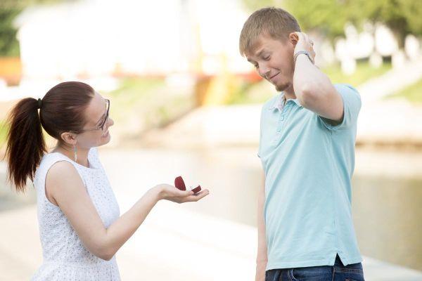 девушка предлагает парню жениться