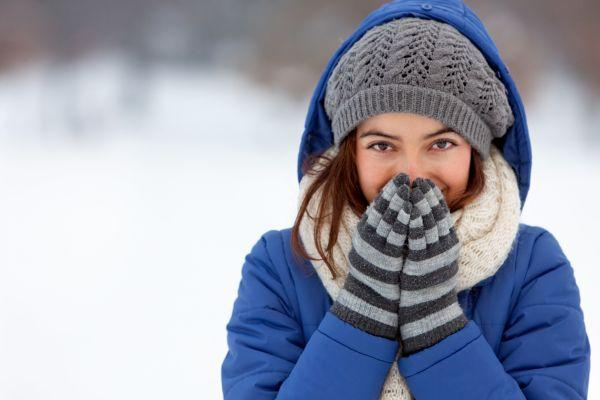 девушка зимой в перчатках