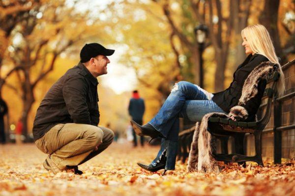 мужчина общается с девушкой