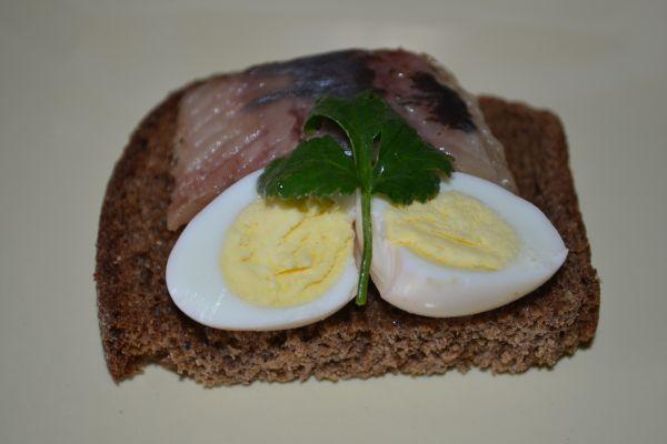 яйца с селедкой на хлебе